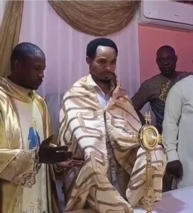 """Outrage As Odumejeje Is Seen Lifting The Catholic """"Blessed Sacrament"""" After Man Dressed Like A Catholic Priest Blessed It!!"""